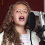 O copilă -cântăreață, cu pasiune pentru jurnalism!