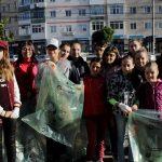 """Tinerii de la Centrul de voluntariat B.O.M.D au curățat zona gării în campania """"Let's Do It, Romania!"""""""