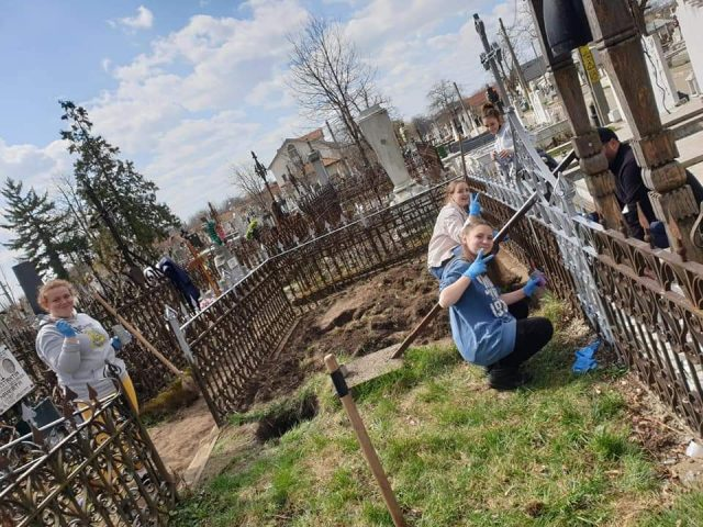 Curățenie în cimitirul Eternitatea, cu ajutor tinerilor din parohia Bisericii